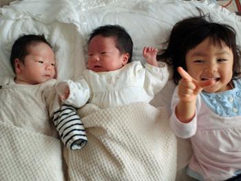 双子の赤ちゃんとお姉さん